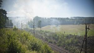 Gräsbranden uppstod sannolikt då ett tåg bromsade in.