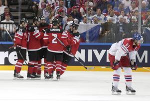 Kanadas spelare firar ett av målen mot Tjeckien i VM-semifinalen.