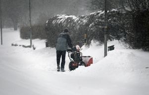Många husägare fick plocka fram snöslungor och spadar på fredagsmorgonen.