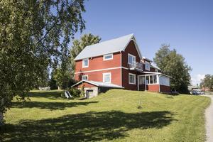 På gården finns det sex  lägenheter, Erika och Johan bor på mangårdsbyggnadens övervåning.