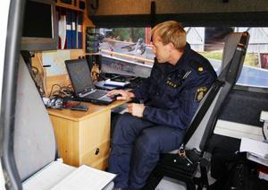 Polisen Johan Magnusson kan via skärmen följa var patrullerna i skogen letar.