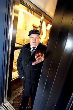 Foto: NICK BLACKMON Instängd. Trots den köldslagna upplevelsen i söndags vågar Sven Hidestam, 78, kliva in i hissen på Gävle central. I söndags satt han fast här i en och en halv timme. Nu ska Banverket se över larmrutinerna för hissarna. De anser att det är oacceptabelt att hjälpen dröjde så länge.