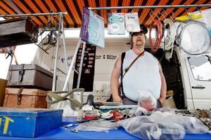 PO Claesson från Ånge deltog i marknaden där det såldes både det ena och det andra. Mest biltillbehör förstås.