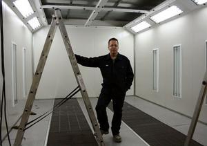 Den nya lackeringsboxen är snart monterad och klar. Den är en del av den satsning på 1,5 miljoner kronor som Torleif Westerlund gör i sitt företag Mittlack i Ånge.