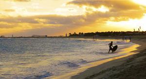Solnedgång över stranden i Santa Maria.