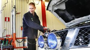 """André Klevebrand, besiktningstekniker på Opus bilprovning i Sala, menar att många anmärkningar beror på """"slarvfel"""", att man exempelvis inte kollat så att alla lampor fungerar innan man åker till besiktningen."""