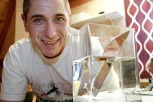Noggrann koll. Leif Johanssons specialstation med spegel där han kontrollerar hur flugorna beter sig i vattnet.  Foto: Ulrica Källström
