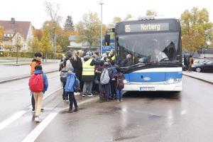 En vanlig morgon vid busstorget. I avsaknad av skolskjuts får skolpersonal i Norberg följa de yngre barnen till busstationen. Foto: Arkivbild