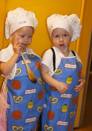 Här har vi två söta bagare, Hanna och Max. Bild: Lena Larsson.