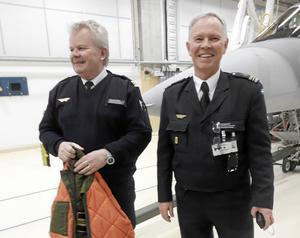 Vid flygflottiljen i Såtenäs guidades SPF-gruppen från Malung av Dag Kjellberg och major Håkan Brandt.