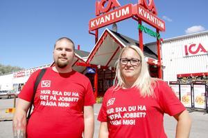 Johanna Rydström och Viktor Ryberg, fackligt aktiva i Handels, besökte Ica Kvantum på Brynäs i Gävle för att informera sommarjobbare.