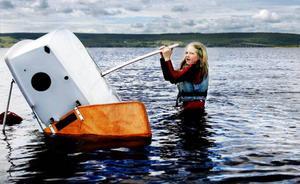 Det är en ganska tuff uppgift att vända runt en kapsejsad jolle på rät köl. Trots besöket i Storsjöns kalla vatten har Lydia Landin kopplat ett fast grepp runt centerbordet.