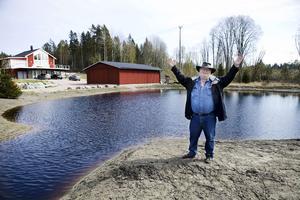 Johnny Isaksson hade planer på att flytta till Frankrike när han gick i pension. Istället insåg han att Ållerviken är paradiset för honom och drömmen om en egen sjö har nu blivit verklighet.