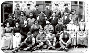 FÄRGSTARK FÖRETAGARE. Christian Cederroth började sin bana på Gefle Manufaktur i Strömsbro. Han arbetade på färgeriet och är fjärde man från vänster i bakre raden på den här bilden från 1898. Fotografen hette Jules David och kom från Paris.