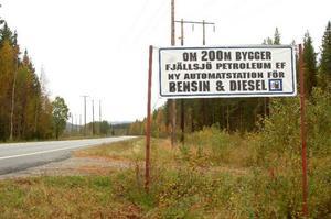 Efter väg 346, mellan Backe och Junsele, har det satts upp informationsskyltar som visar var den nya bensinmacken ska byggas.