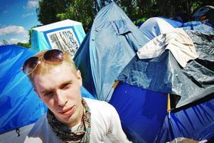"""Linus Falgén, känd från förra årets hultsfredsvimmel, är på plats. """"Jag bestämde mig i söndags, och kom hit i måndags. Jag har inte flyttat mig från campingen sedan dess"""", berättar Linus. Förklaringen till varför Peace & Love är bättre än Yran är kort och koncis: """"Här finns ingen Lady Gaga."""""""