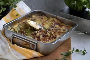 Vem har sagt att lasagne måste innehålla tomat? Den här vita lasagnen får i stället smak av rökt ost och kronärtskockor.