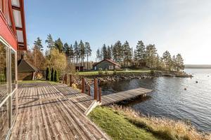 Sjöuddsvägen 28 i Smedjebackens kommun har egen brygga och ligger precis vid vattnet. Villan kom på tredje plats på Hemnets Klicktoppen för vecka 44.