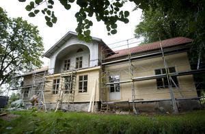 Så här såg Igelsta gård ut sommaren 2009 när Frimurarna, som köpt tomten av kommunen, renoverade den gamla herrgården.