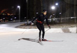 Moa Wikberg gick skidgymnasiet i Torsby, nu får hon träna längdåkning som del av kanotlandslagets uppladdning inför säsongen.