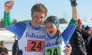 Anders Roos och Wilma Jönsson vann förra årets parstafett och visade upp ett riktigt segersmil för fotografen.