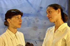 Feministisk fjällturist i Helena Gezelius gestalt i samtal med Harleen Kalkats Karolina.