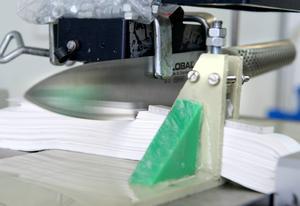 För att testa hur bra knivarna behåller skärpan får de bland annat skära i en hög med papper.