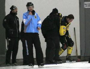 Alexander Sundström hjälps av planen efter skadan.