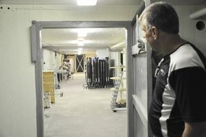Tekniker Mats Dahlberg visar skyddsrummet i Industrihuset i Tierp