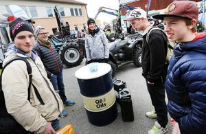 Maria Öhman från Vimek var på plats under Skogsdagen på Torsta och visade upp skogsmaskiner. Felix Nilsson, Oskar Lindgren och Micael Löfstedt var tillsammans med elevassistenten Peppe Pålsson och kikade på alla maskinerna.