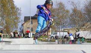 Oscar Sahlin 6 år från Hudiksvall hoppar.