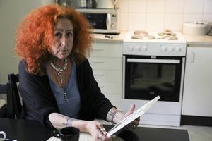 Liane Pettersson håller i det sista fotografiet som togs på Jacqueline och då kan hon inte hålla tillbaka tårarna längre.