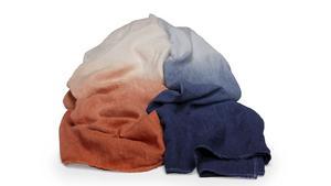 Linnepläd doppad i blått eller orangerött från Mille Nottis, 995 kronor.