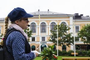 Åsemi Byström berättar att rådhuset en gång låg där flaggorna vajar i Rådhusparken i dag.