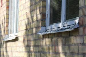 Lägenhetshusen är enligt boende i dåligt skick både in- och utvändigt.