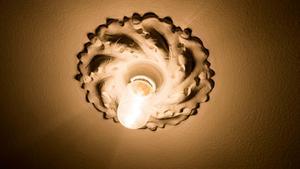 Gammal stuckatur för lampfästen är klassiskt i gamla hus. Josefin har renoverat sina i gammal stil med nya lamphållare, nydragen el och sedan målat ny takfärg.