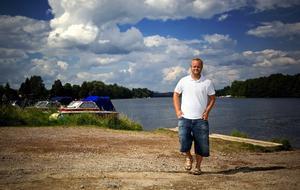 Plats för många båtar. Färjegårdarna är en av de mest intressanta platserna att anlägga en båtplats på i Dalälven. Detta anser Marcus Ekström, projektanställd vid Stadsbyggnadskontoret. Foto:Janne Eriksson