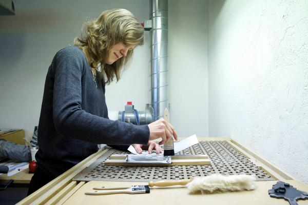 Erika Tysk tror på en framtid som emaljskylthantverkare.