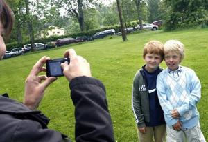 Filip förevigas tillsammans med kompisen Isak.