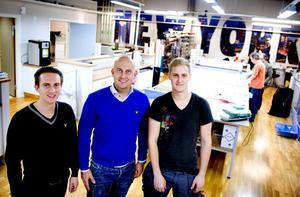 Rickard, Samuel och Pontus Eriksson är inte bara bröder. Alla tre är även nya delägare till Skyltstället på Cirkelgatan i Borlänge.
