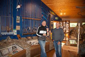 Greger Lindström till vänster, höll ett anförande när Tännäs Fiskevårdcenter invigde sitt sportfiskemuseum med Arjonutställningen i Söndags. Till höger, Henrik Jonsson, son till Arjons grundare Niss Arvid Jonsson.