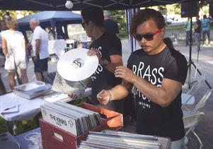 Anton Gavell och Mattias Törnqvist spelar vinylerna som ska ge Mat och malt rätt känsla.