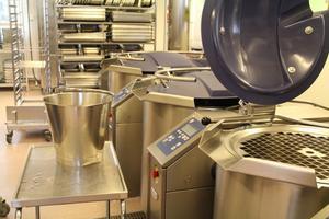 Promix-grytan som rymmer 200 liter underlättar för personalen, när man till exempel ska laga köttfärs. Grytan tumlar runt köttfärsen som man tidigare fick göra vid stekbordet och som var påfrestande för axlarna.