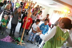 Feststart. Barnens tält kickas igång med en konsert där barnen i publiken får vara med och dansa. Kyrkornas ungdomsledare stod för underhållningen.