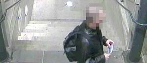 Bild från den dömde 30-åringen när han fastnade på övervakningskamera på Gävle centralstation, efter branden på CH startat.