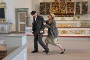 Christine Sjölander och Mikael Stenbaek i en känslosam scen.