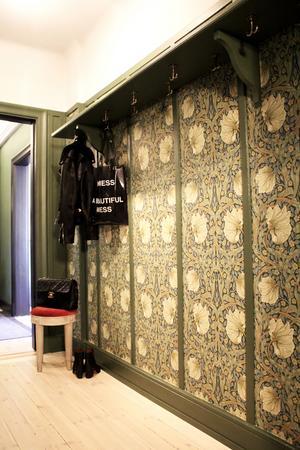 Tapeteten som la grunden för färgvalen i lägenheten är William Morris