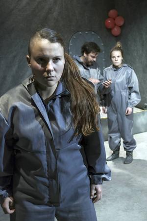 Emmi (Sarakka Gaup) är den karaktär som har svårast att smälta in med de andra två i det isolerade skyddsrummet efter en reaktorolycka.