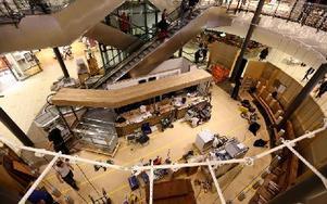 Ett nytt Kafé håller på att etableras i Kupolen. Inte okej tycker ägarna till Café Kupolen, som skymtar till höger bakom rulltrapporna. Foto: Johnny Fredborg
