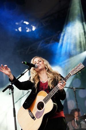 Lisa Miskovsky spelade nyss med Kalle Moraeus, men nu var hon solo.